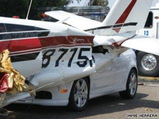 В США три автомобиля столкнулись с севшим на шоссе самолетом