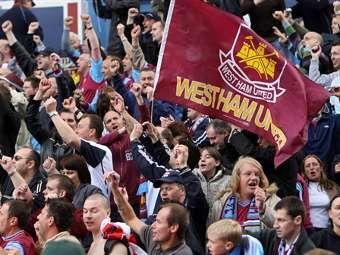 Сотни футбольных фанатов устроили беспорядки в Лондоне