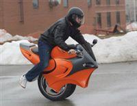 Двухколёсный моноцикл нашёл дружескую поддержку