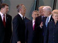 Трамп толкался ради удачного снимка