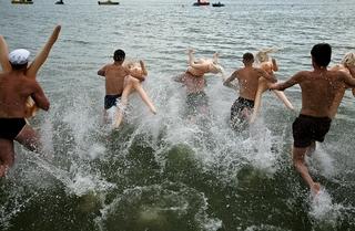 В Новосибирске прошел заплыв на резиновых женщинах